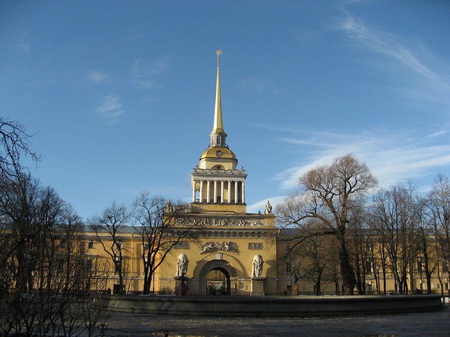 Главное здание и шпиль Адмиралтейства в Санкт-Петербурге фотография