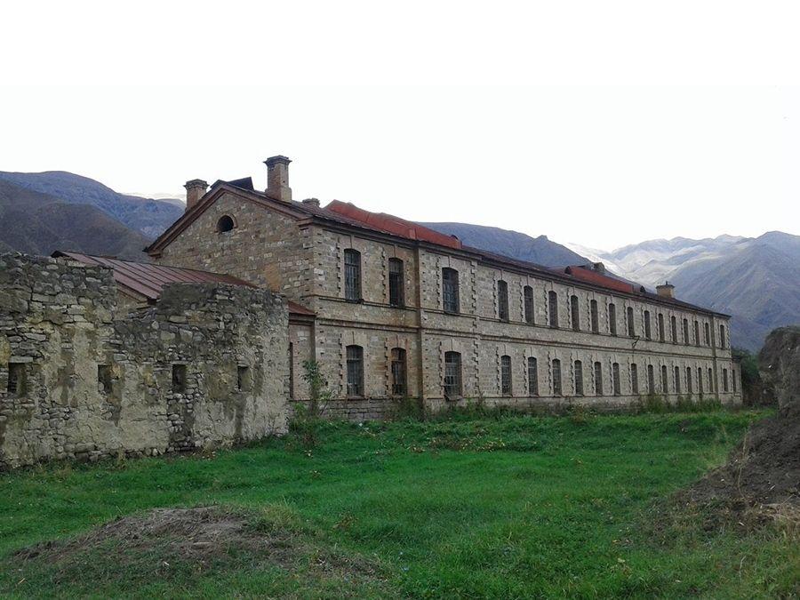 Фотография солдатских казарм в Ахтынской крепости