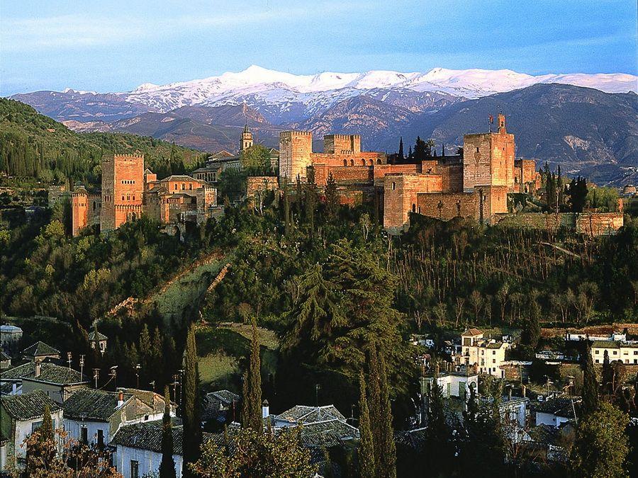 Фото Альгамбры на фоне гор Сьерра-Невады, Испания