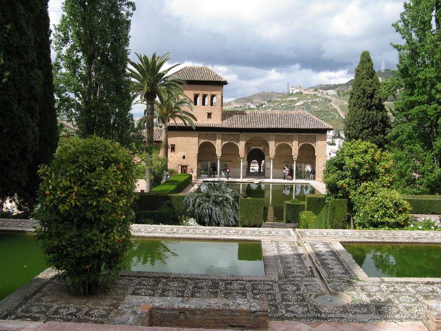 Фотография дворца Альгамбра в Гранаде