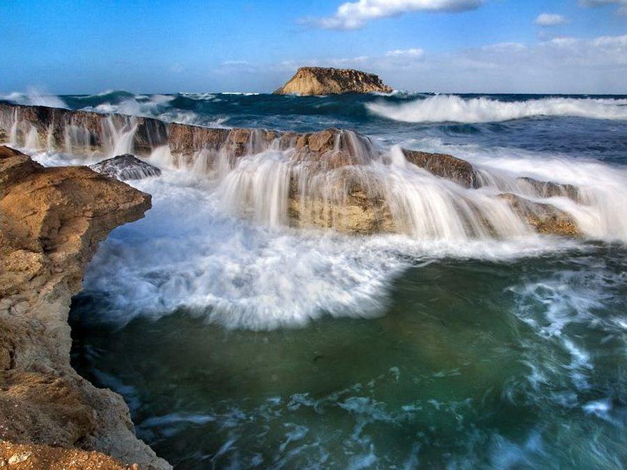 Фото прибоя на пляже в Аматусе Кипр
