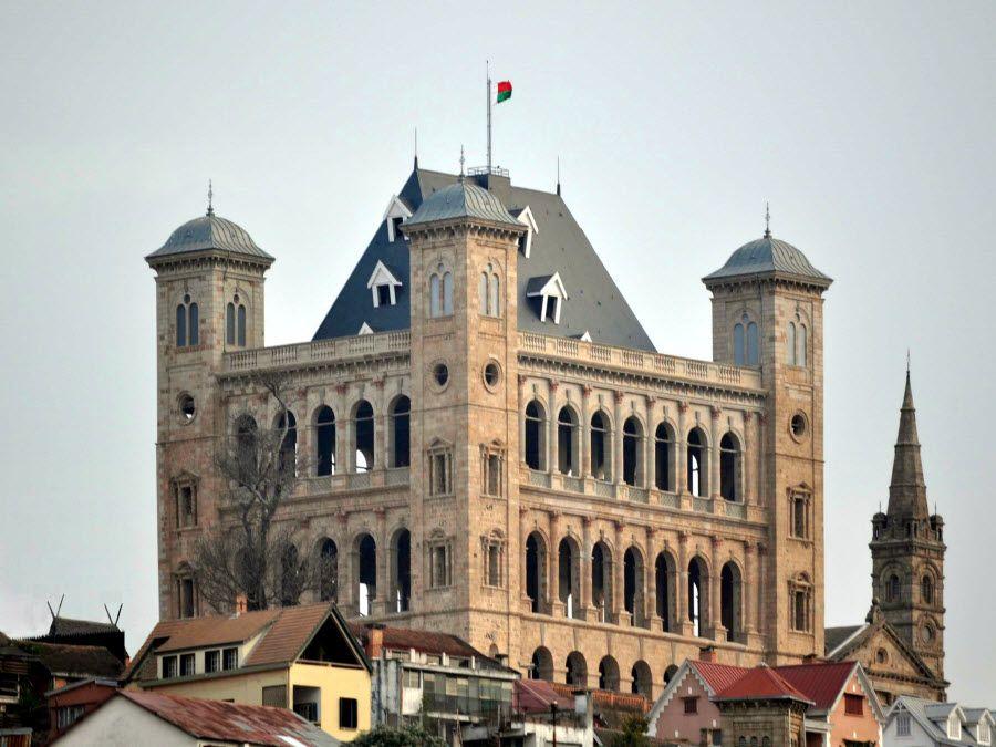 Фото восстановленного дворца Рово в Антананариву