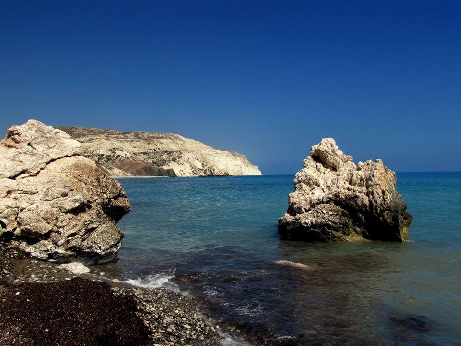Фотография камня Афродиты на побережье Пафоса Кипр
