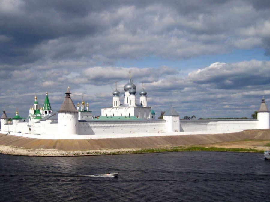 Вид с реки на Михайло-Архангельский кремлевский собор в Нижнем Новгороде фото
