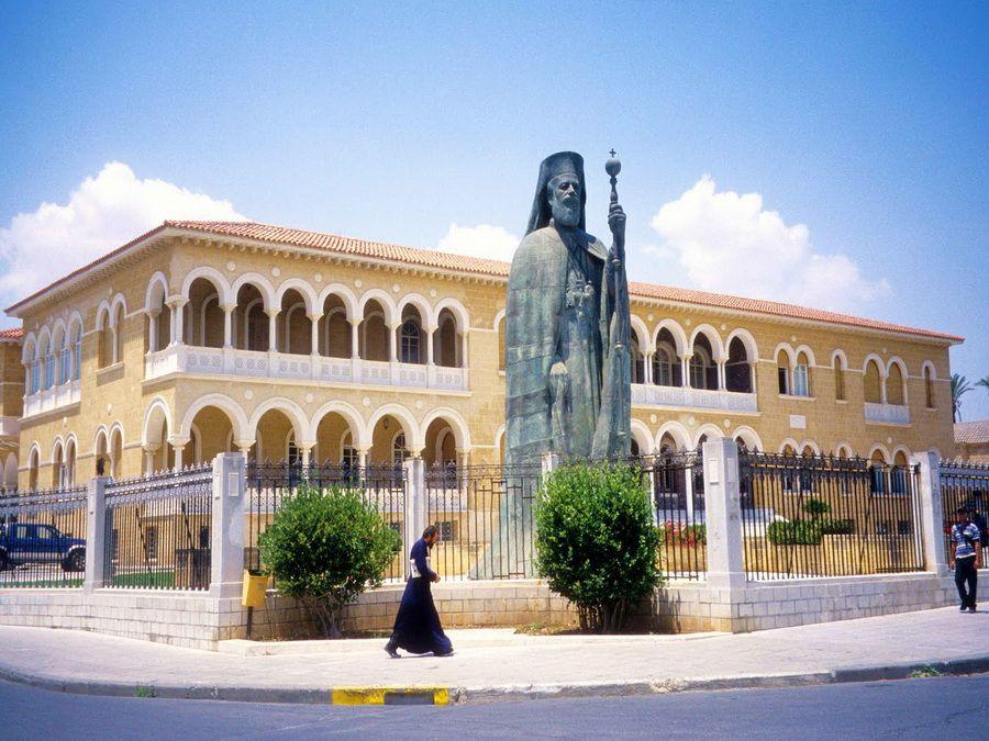 Фотография Дворца Архиепископа в Никосии и памятника Макариосу III