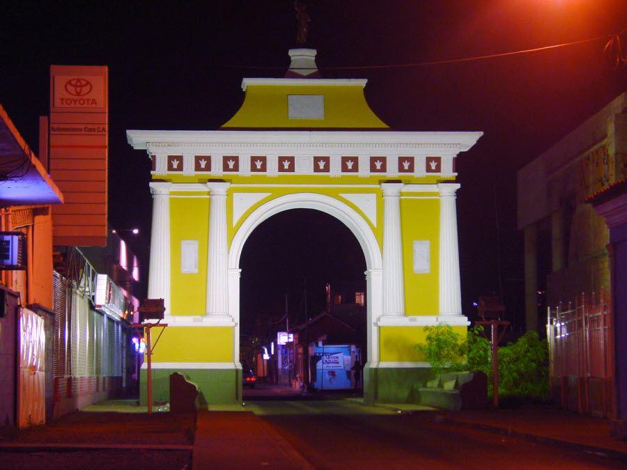 Фото красивой арки в Коро