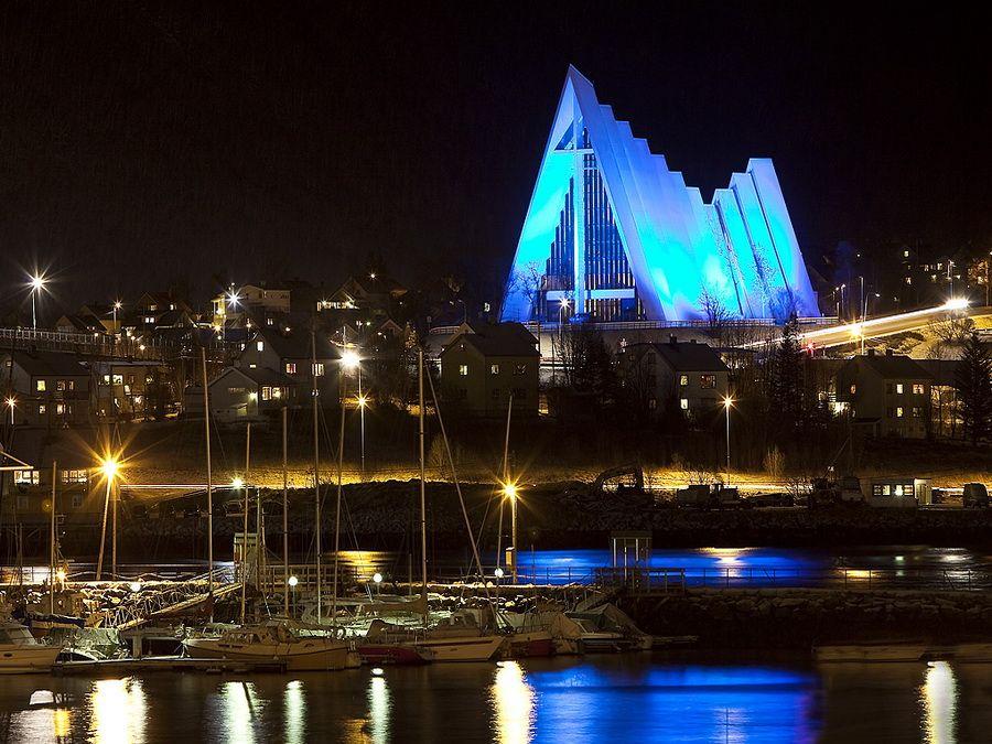 Фотография освещенного Арктического собора в Тромсе Норвегия
