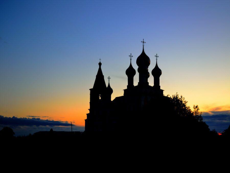 Вид ночью на церковь в Архангельской области фото