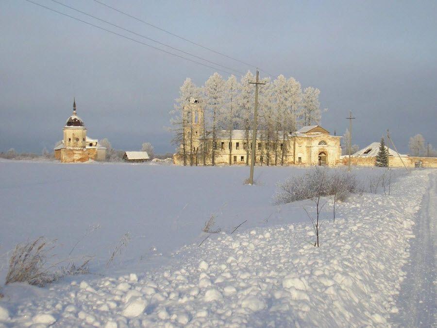 Вид зимой на церковь в Архангельской области фото