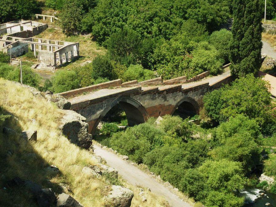 Старый мост через реку Касах в Аштараке фотография Армении