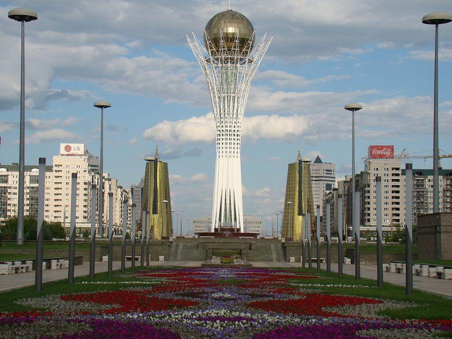 Монумент Байтерек в Астане фотография