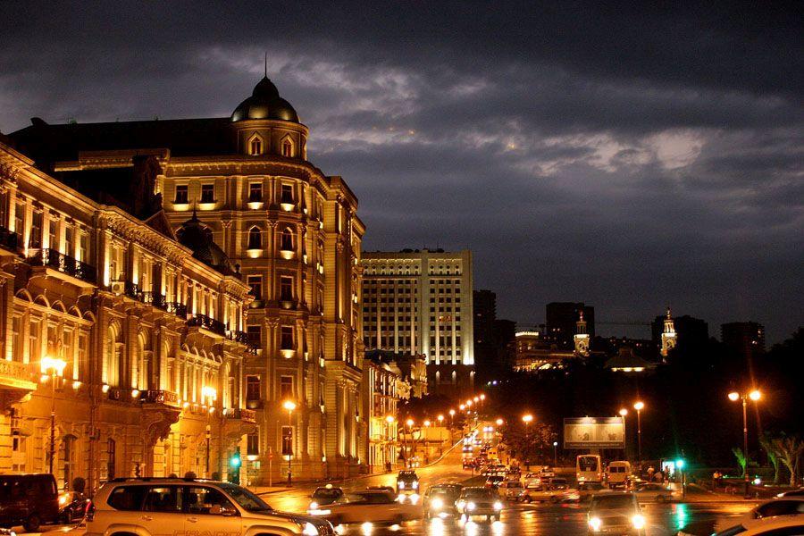Ночной вид достопримечательностей Баку