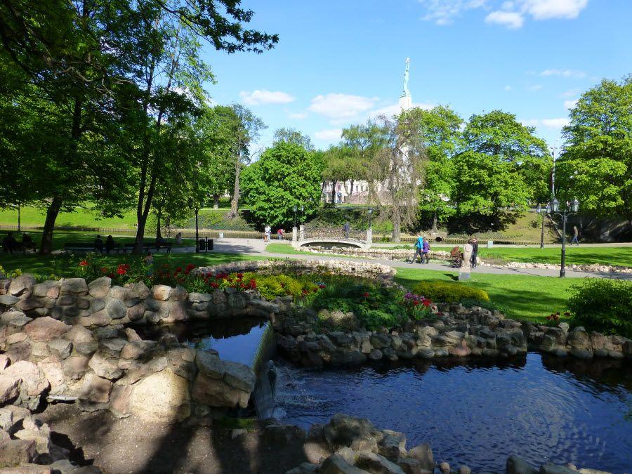 Фото парка Бастионная горка в самом центре Риги