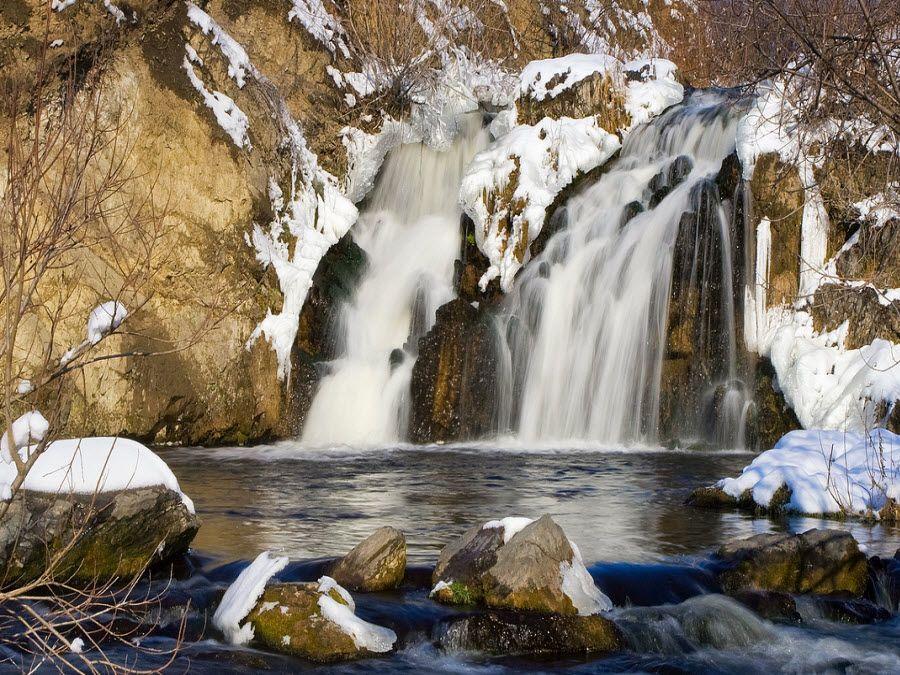 Фото вид зимой на Беловский водопад