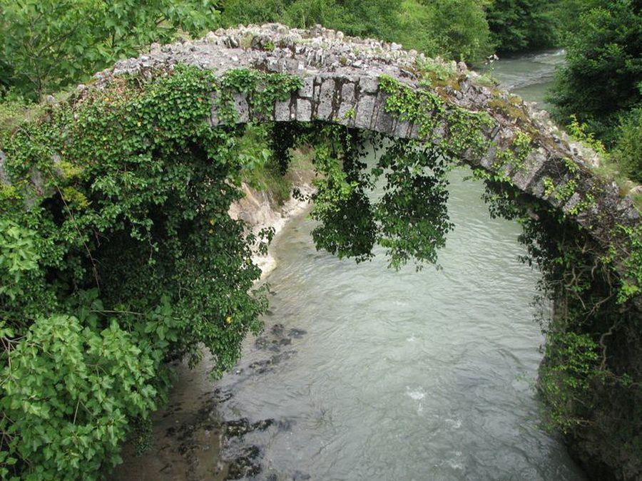 Фото уникального Беслетского моста в Абхазии
