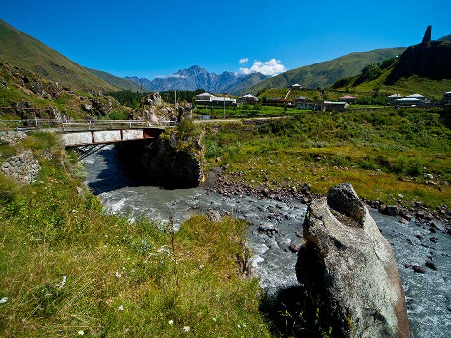 Фото моста через реку в долине Трусо