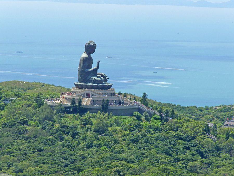 Фотография одной из самых больших в мире статуй Будды на острове Лантау в Китае