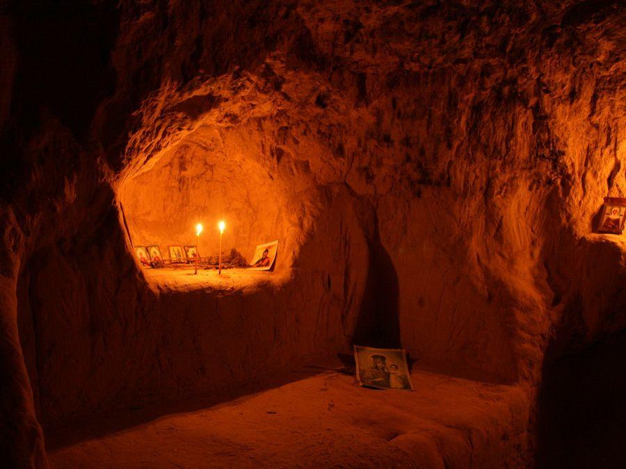 Фото подземной кельи в Китаевой пустыни
