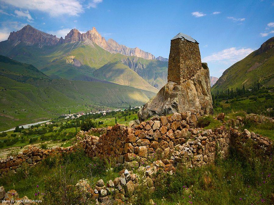 Фотография башни Амирхана в Черекском ущелье