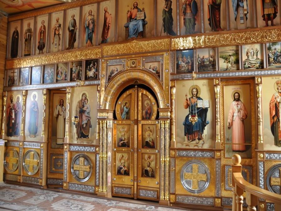 Фото красивого иконостаса в Церкви Явления иконы Казанской Божьей Матери в Чимеево