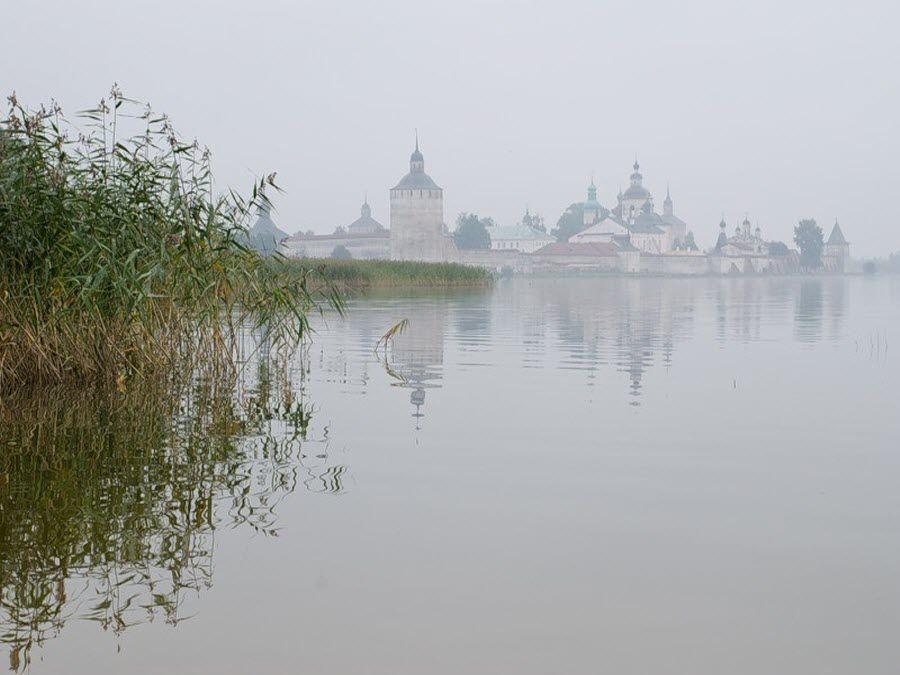 Кирилло-Белозерский монастырь утром в тумане фото