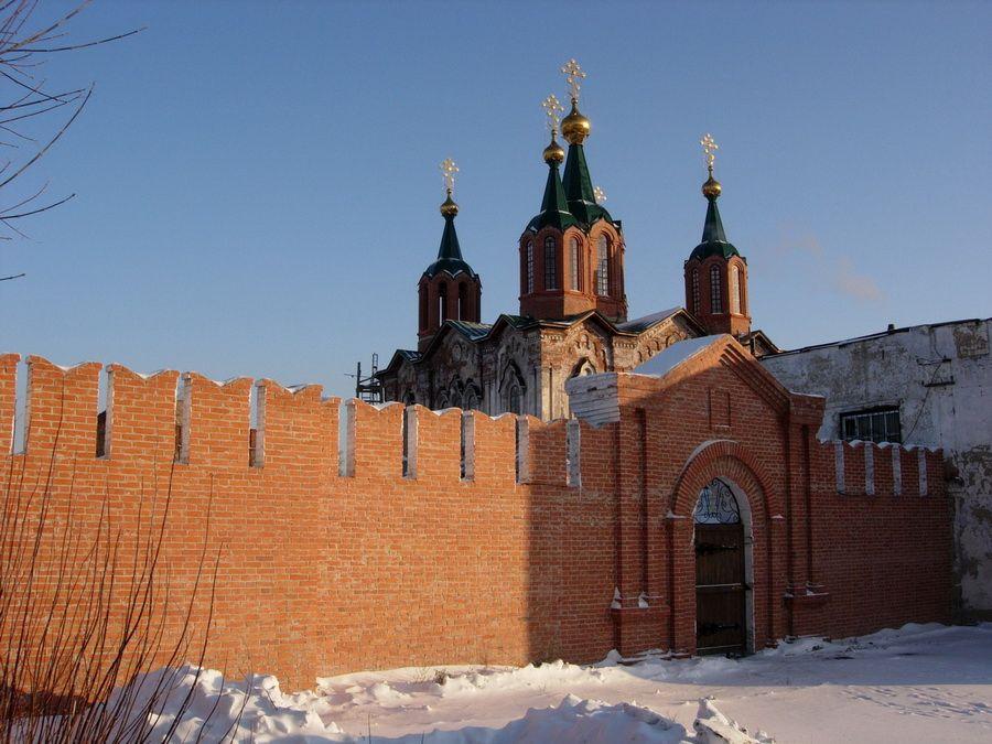 Восстановленные стены Далматского Успенского монастыря фото