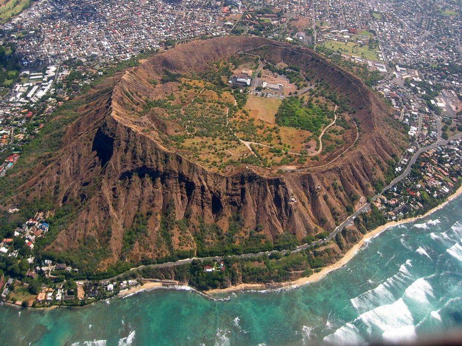Кратер «Бриллиантовая голова» неподалеку от Гонолулу фото с высоты