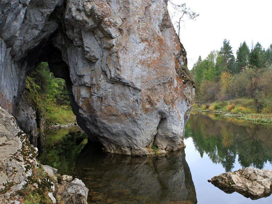 Дыроватый камень в парке Оленьи ручьи фото