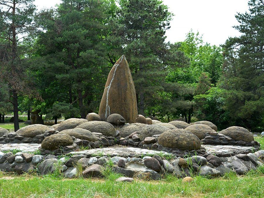 Фото каменной композиции в Дендрологическом парке в Адыгее