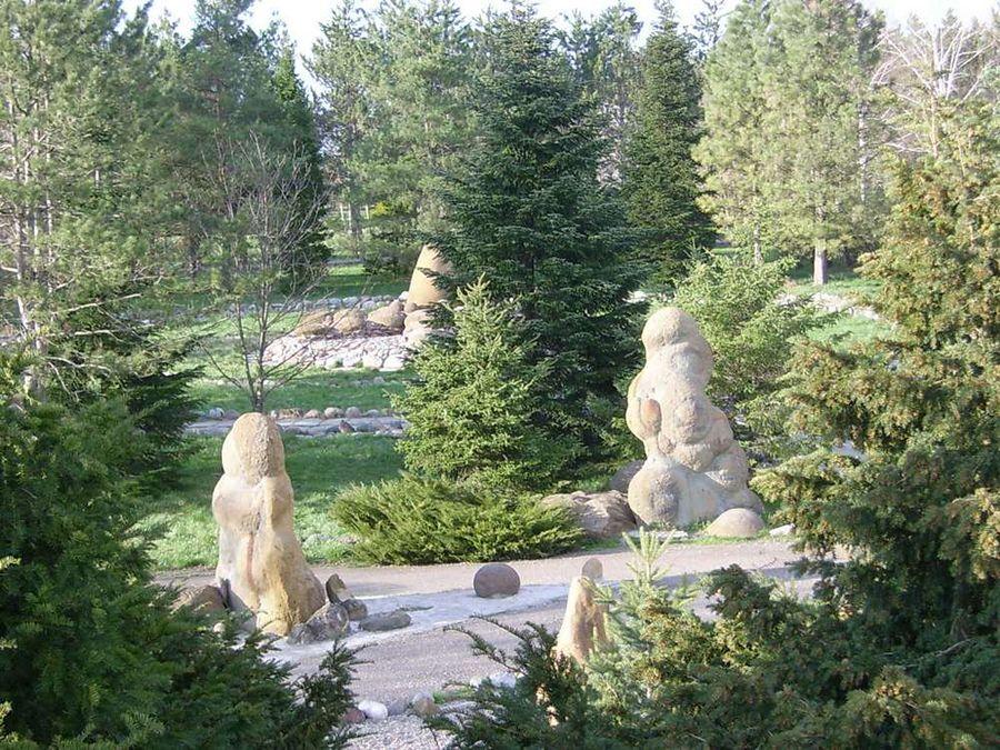 Фото каменных скульптур в парке имени Букреева