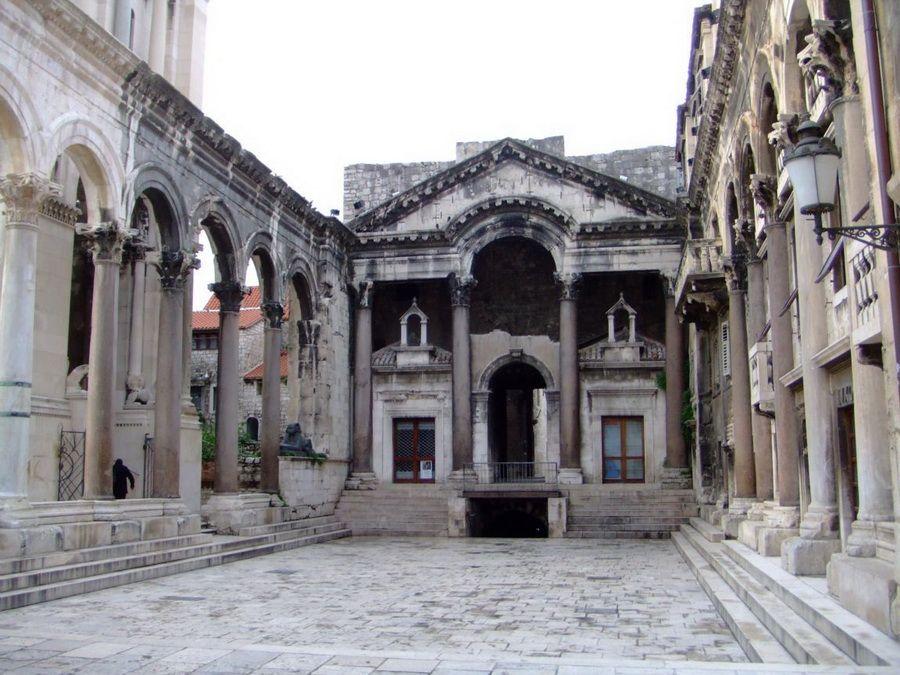 Дворец Диоклетиана в Сплите фото Хорватии