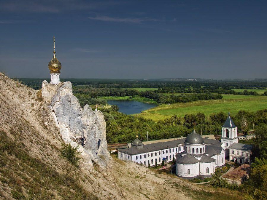 Панорама красивого Дивногорского Свято-Успенского монастыря в Воронежской области