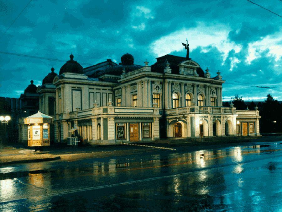 Академический театр драмы в Омске вечером фото