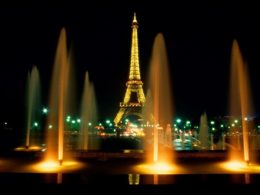 Фотография ночной панорамы Эйфелевой башни в Париже