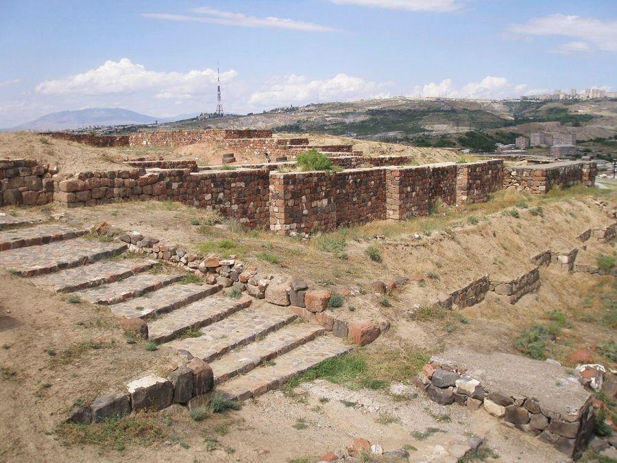 Центральный вход и стены крепости Эребуни в Ереване фото Армении