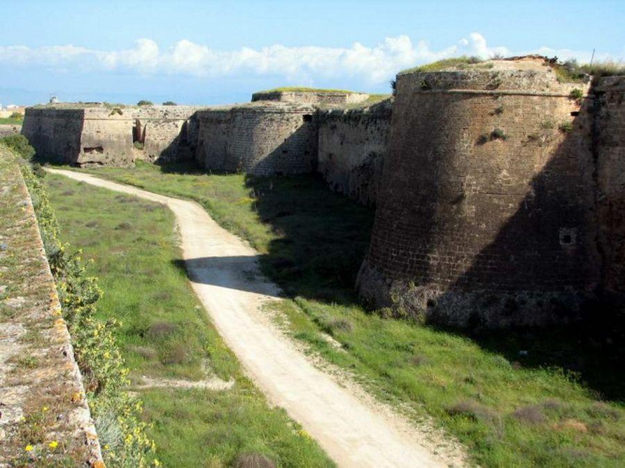 Стены древней крепости Фамагуста фотография