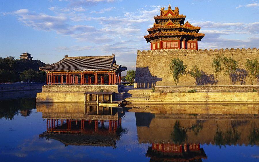 Угловая башня и пагода на воде Запретного города в Пекине фото