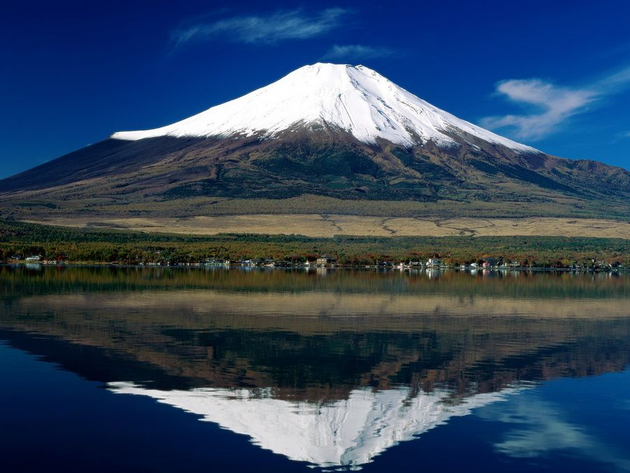 Фото священной горы Фудзияма, отраженной в озере