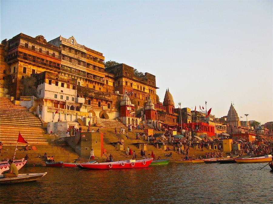 Священный город Варанаси на берегу Ганга фотография