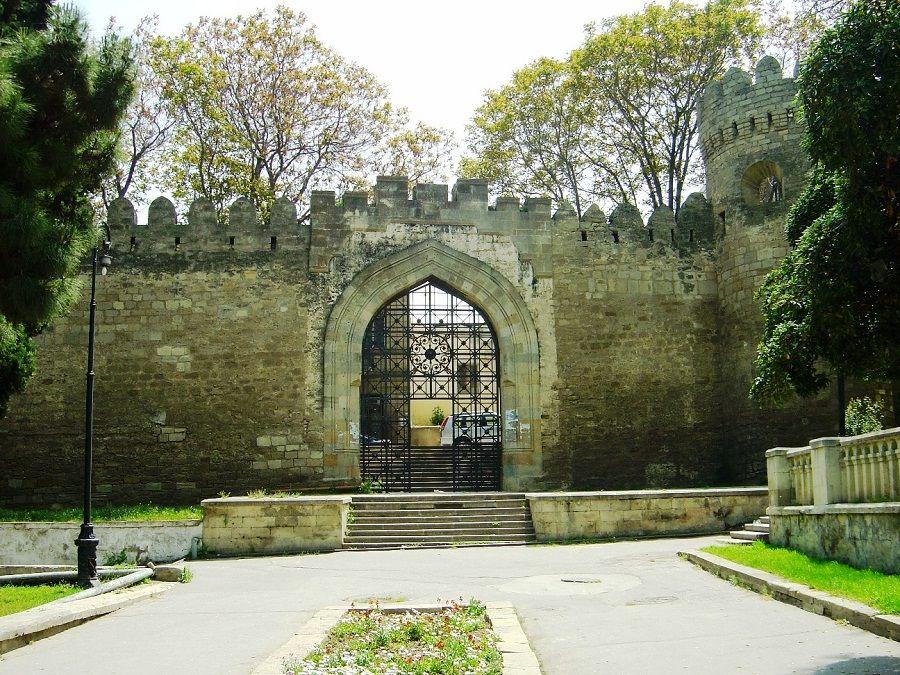 Ворота старого города Ичери-шехер в Баку фото