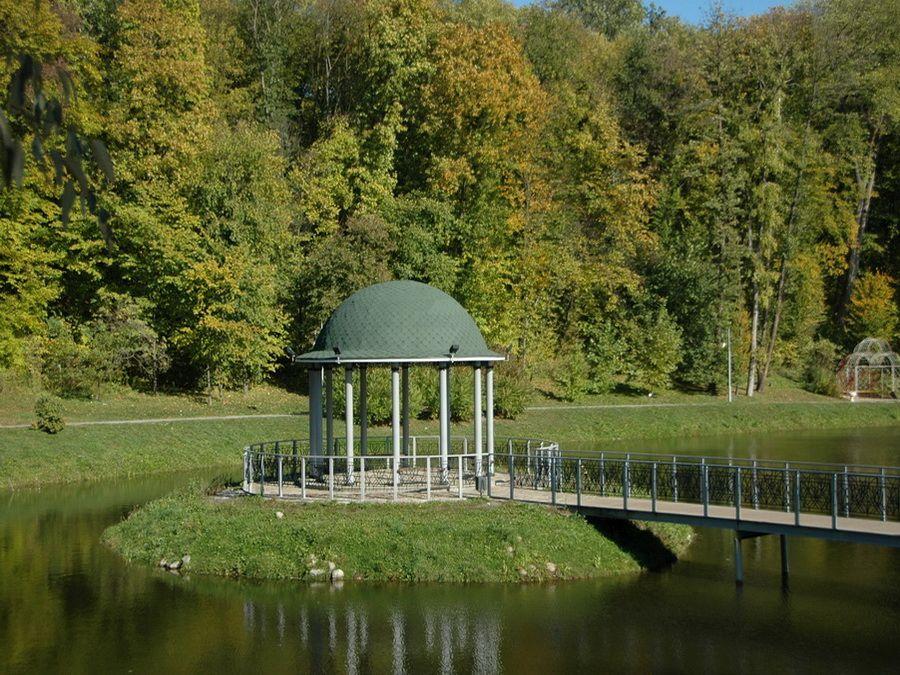 Фотография беседки на пруду в парке Феофания