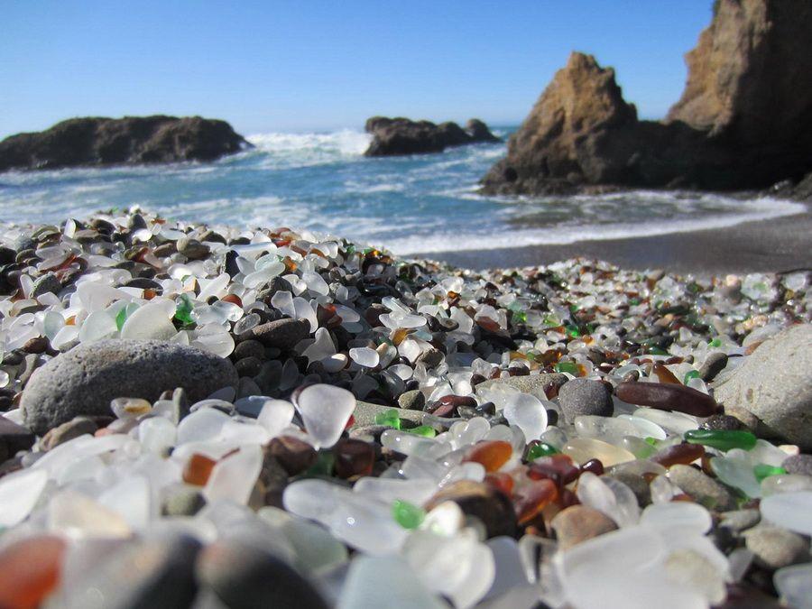 Фотография уникального Стеклянного пляжа в Америке