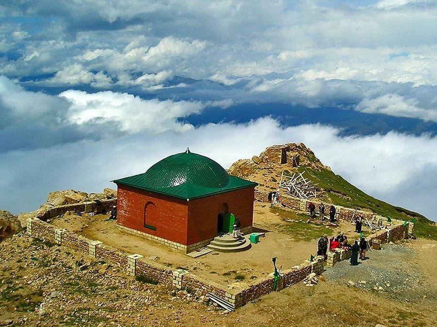 Фотография могилы Сулеймана на горе Шалбуздаг