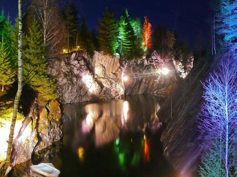 Подсветка в Мраморном каньоне в Карелии фото