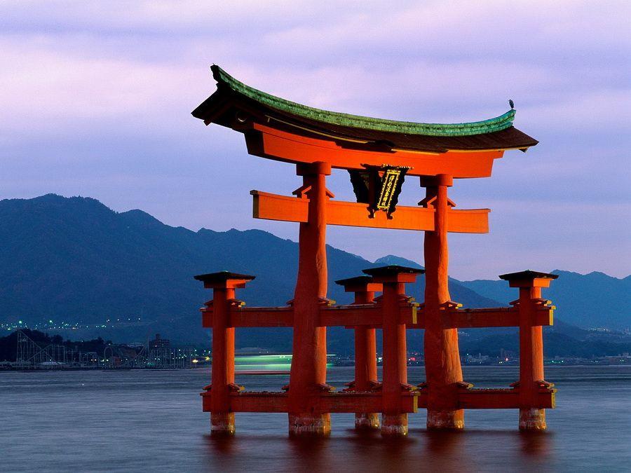 Фото ворот Ицукусимы на закате
