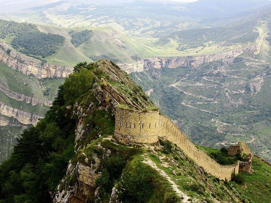 Фотография боевой башни на вершине Гуннибского плато