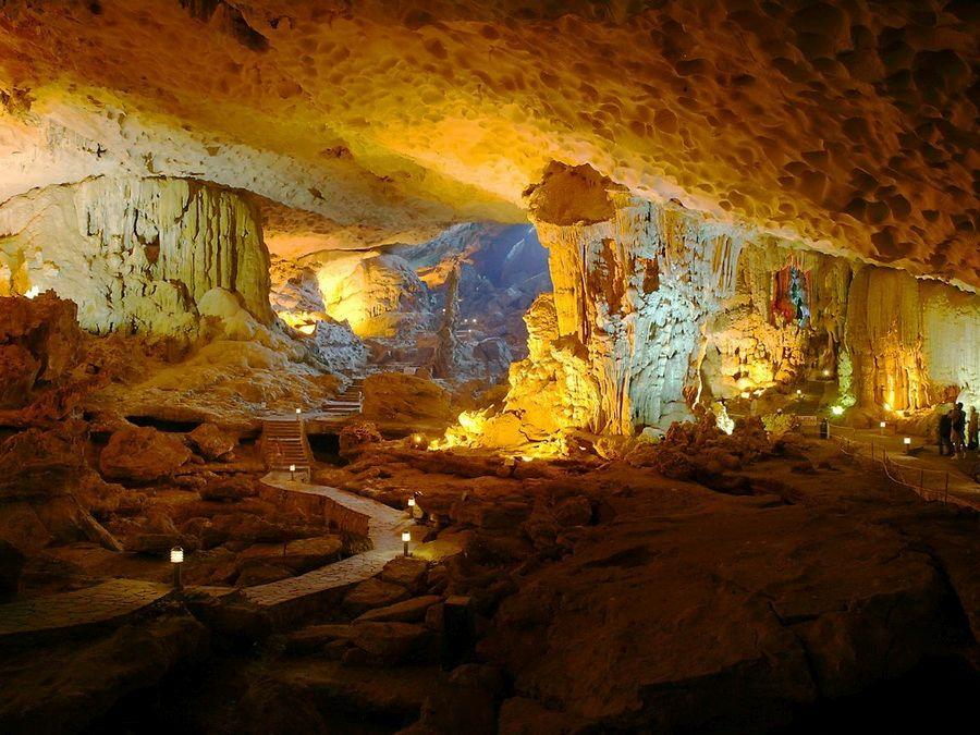 Карстовая пещера в одной из скал бухты Халонг фотография
