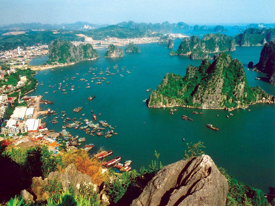 Фотография панорамы бухты Халонг во Вьетнаме