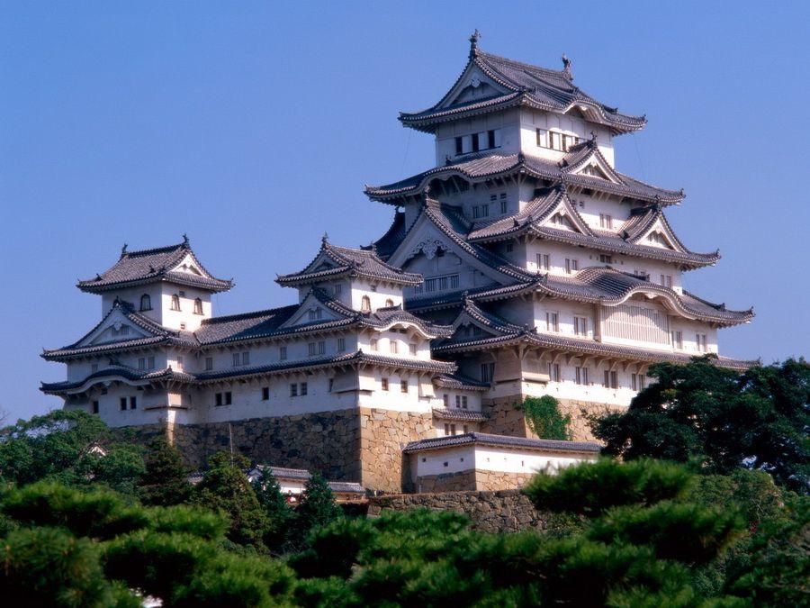 Общий вид замка Химедзи в Японии фото