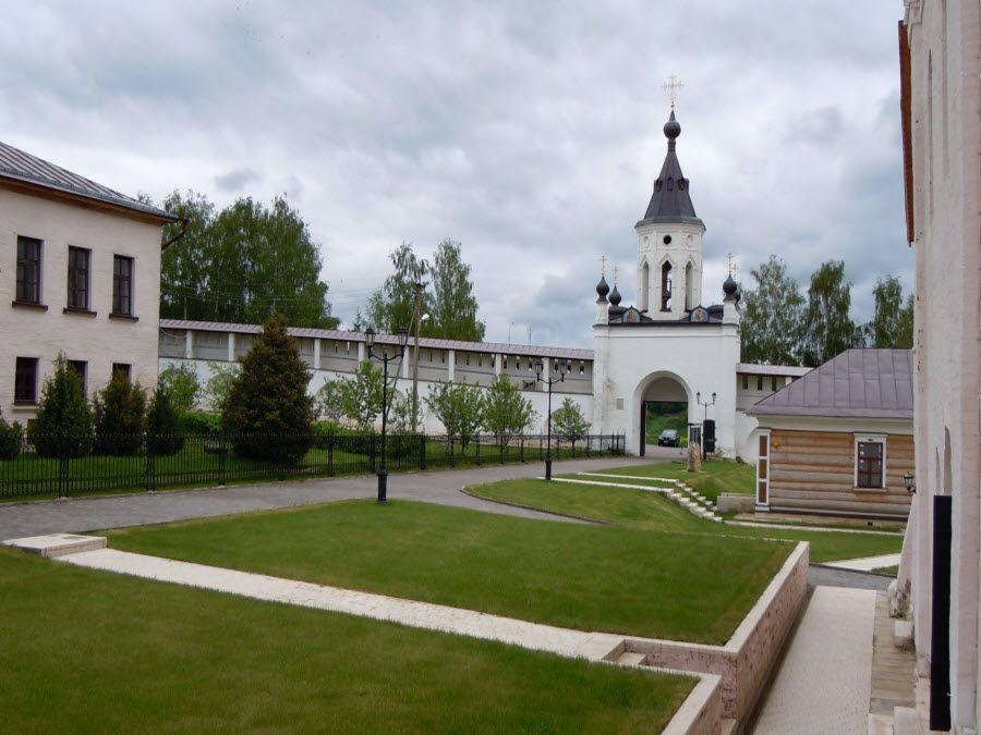Фото вид с главного входа Свято-Успенского монастыря